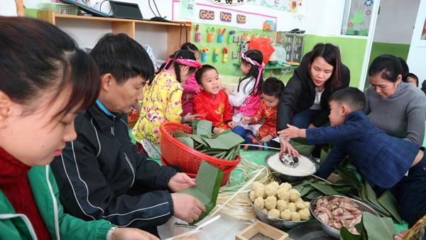 Các bạn nhỏ cũng muốn được giúp người lớn gói bánh.