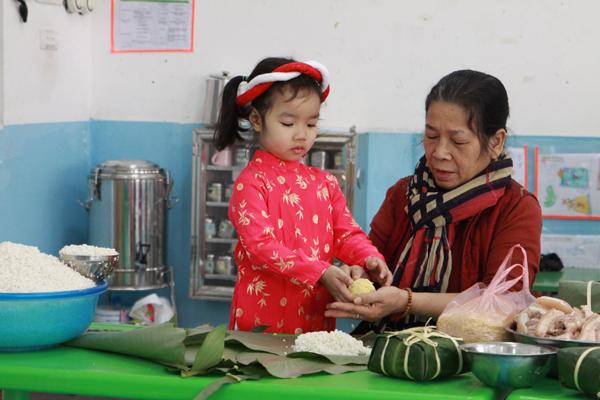 Bà dạy bé gói bánh chưng
