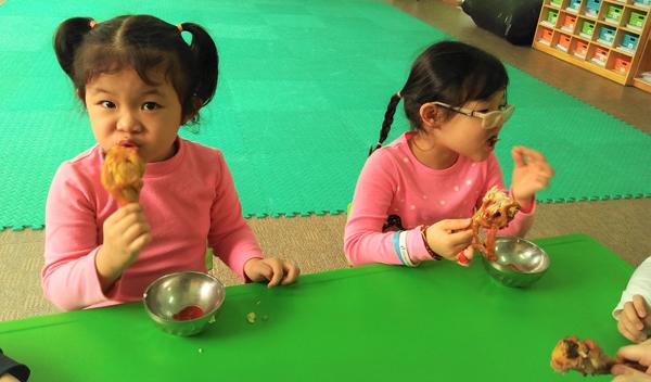 Bữa trưa hấp dẫn với hương vị gà nướng do chính tay mình chế biến.