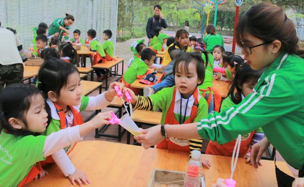 Cùng thử pha nước thổi bong bóng với các cô giáo.