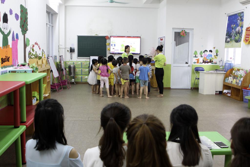 Sinh viên Hùng Vương tham gia dự giờ tiết học của lớp Sen Hồng 1 do cô Nguyễn Thị Hà giảng dạy