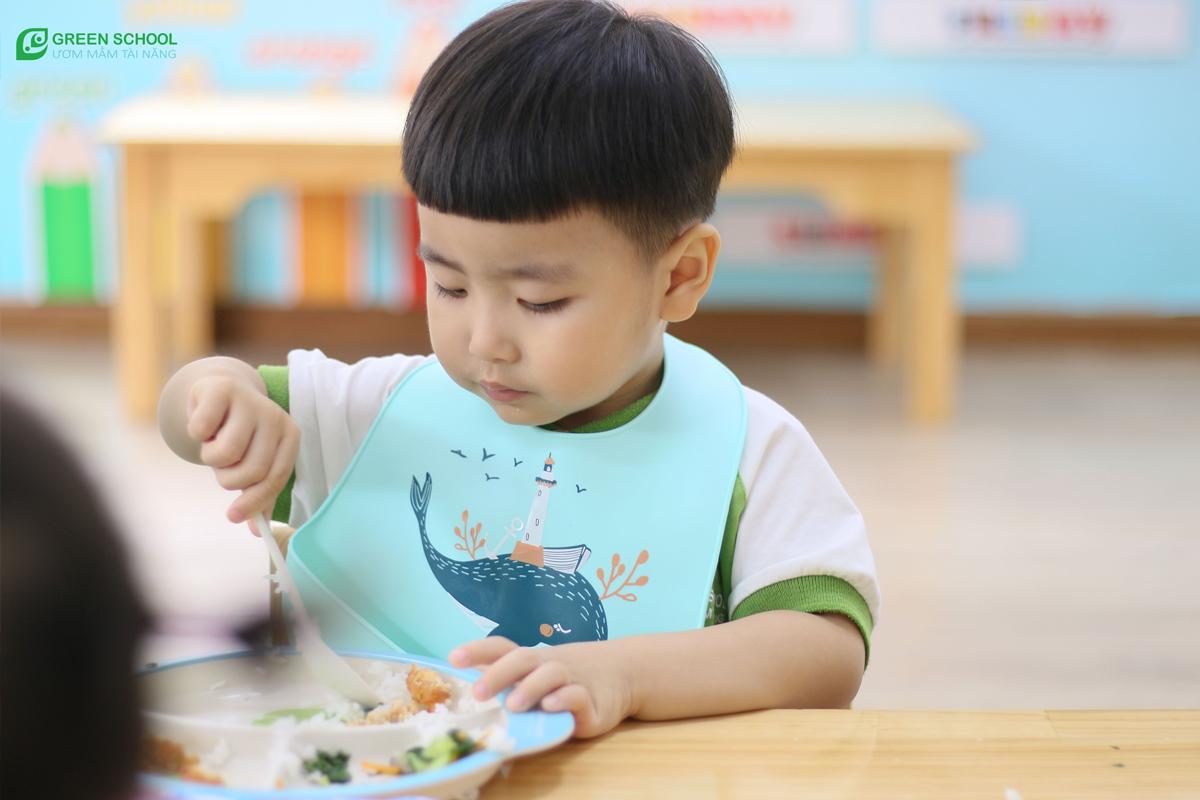 Kỹ năng tự phục vụ của bé 2 tuổi, bé có thể tự ăn không cần nhiều sự hỗ trợ từ người khác