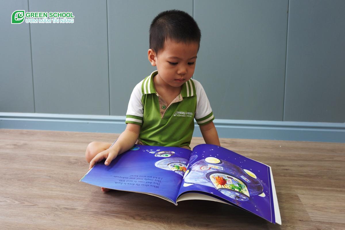 Tại Green School, việc cho trẻ 2 tuổi xây dựng thói quen đọc sách mỗi ngày chính là một trong những mục tiêu quan trọng