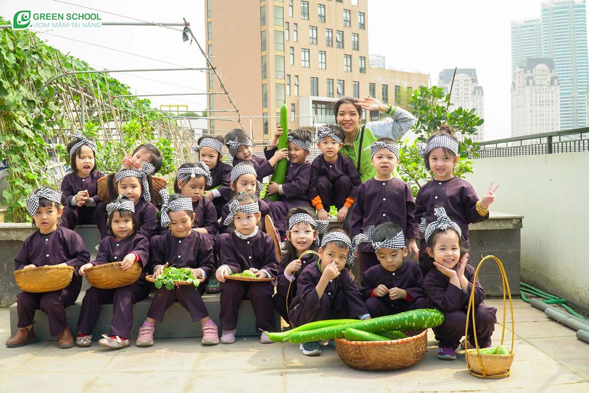 Bé thu hoạch rau quả tại khu vườn của Green School
