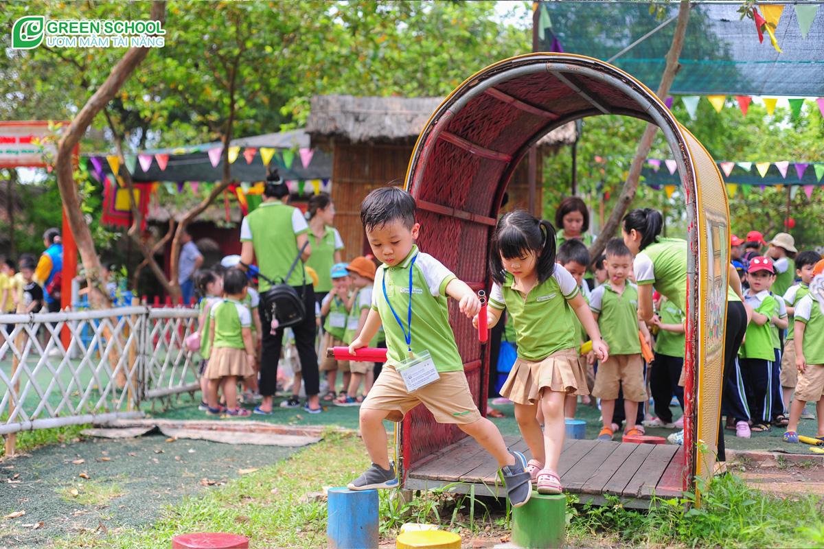 Hoạt động tập thể giúp bé rèn luyện các kỹ năng vận động tốt hơn