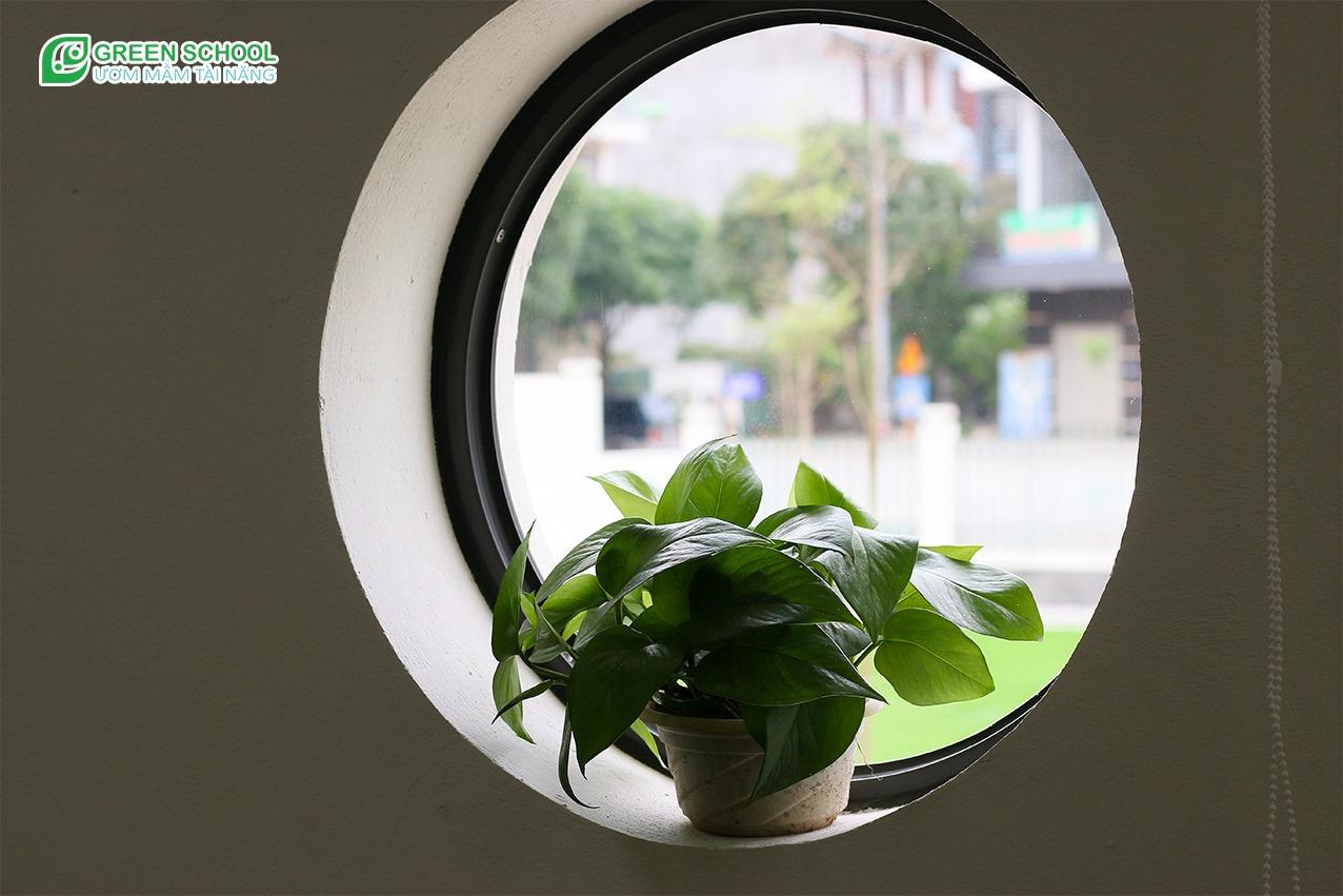Một góc không gian cửa sổ đón ánh sáng tự nhiên vào lớp học